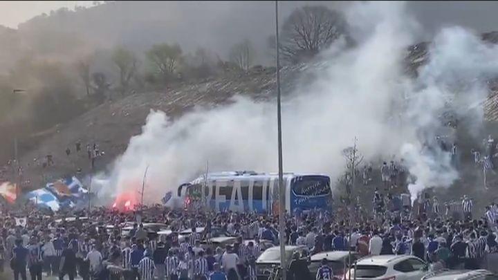 Miles de aficionados despiden a la Real Sociedad sin respetar distancias de seguridad