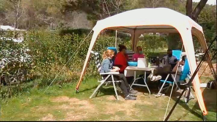 Miles de personas pasan la Semana Santa en un camping de la Sierra
