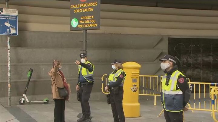 La policía municipal despeja el centro para evitar aglomeraciones