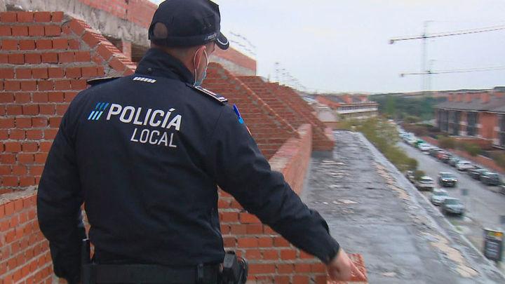 La Policía de Arroyomolinos identifica a nueve jóvenes que hacían botellón en un edificio en obras