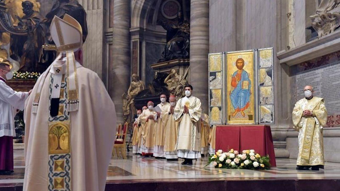 El Papa celebra la misa de Resurrección en la basílica de San Pedro