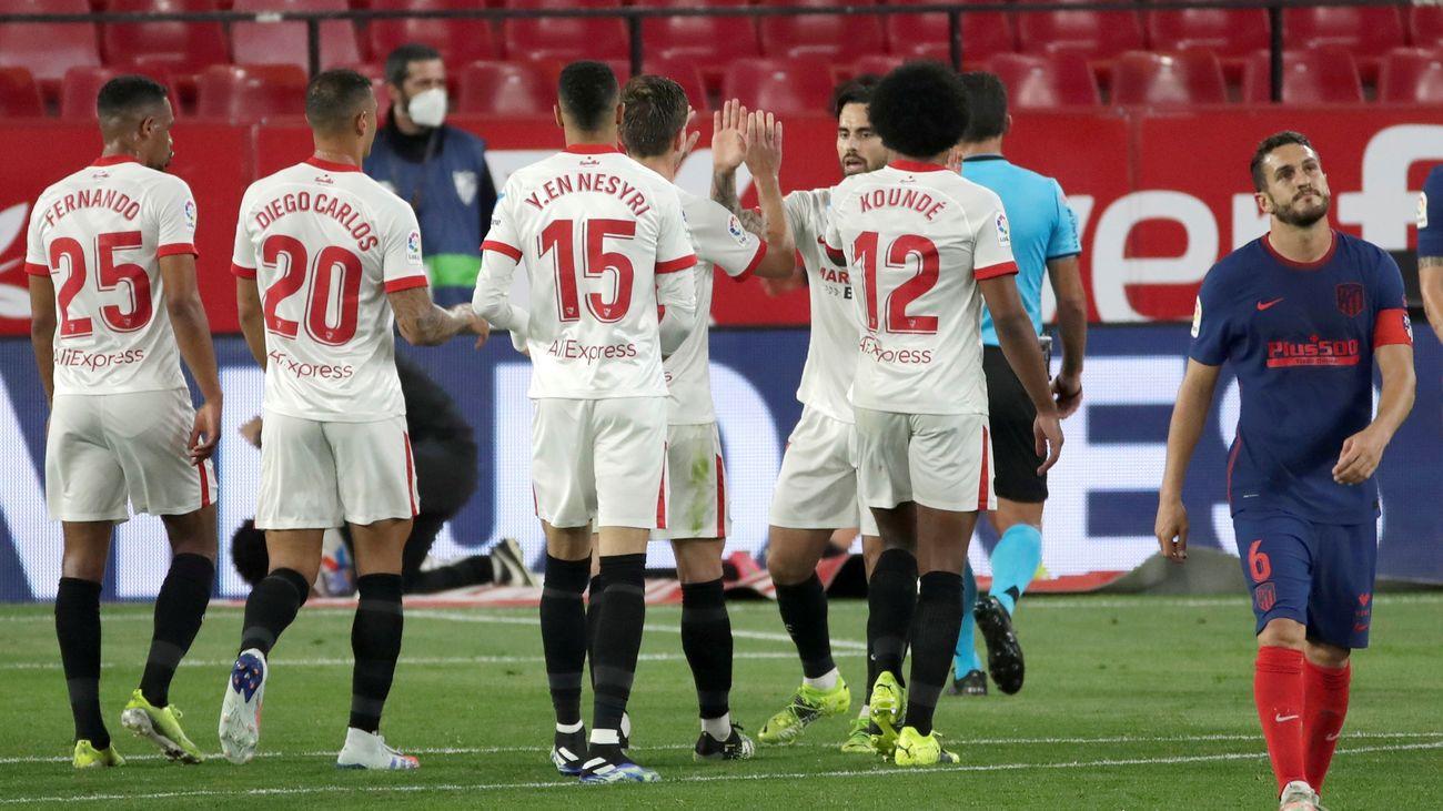 Jugadores del Sevilla celebran el gol