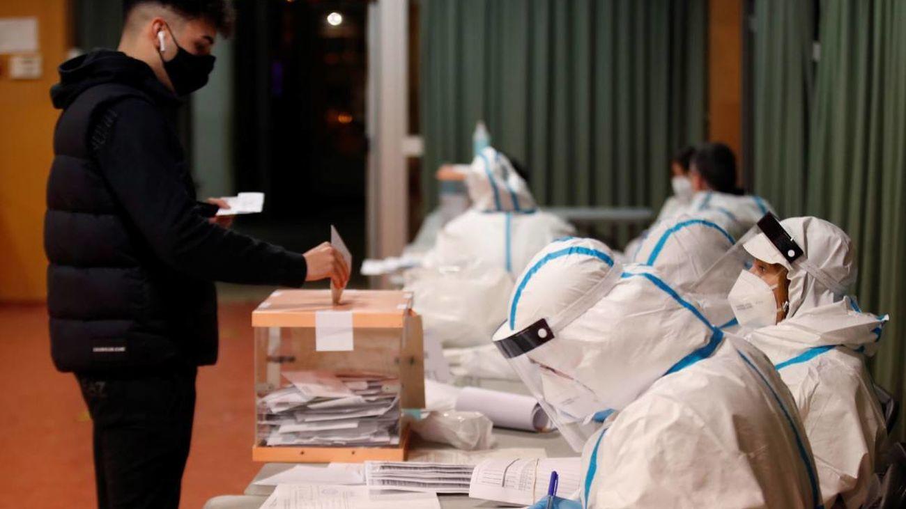 Miembros de una mesa electoral durante las elecciones celebradas en Cataluña