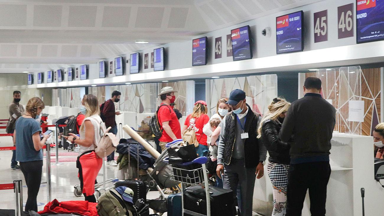 Un grupo de pasajeros a punto de embarcarse hacia España en el aeropuerto de Casablanca