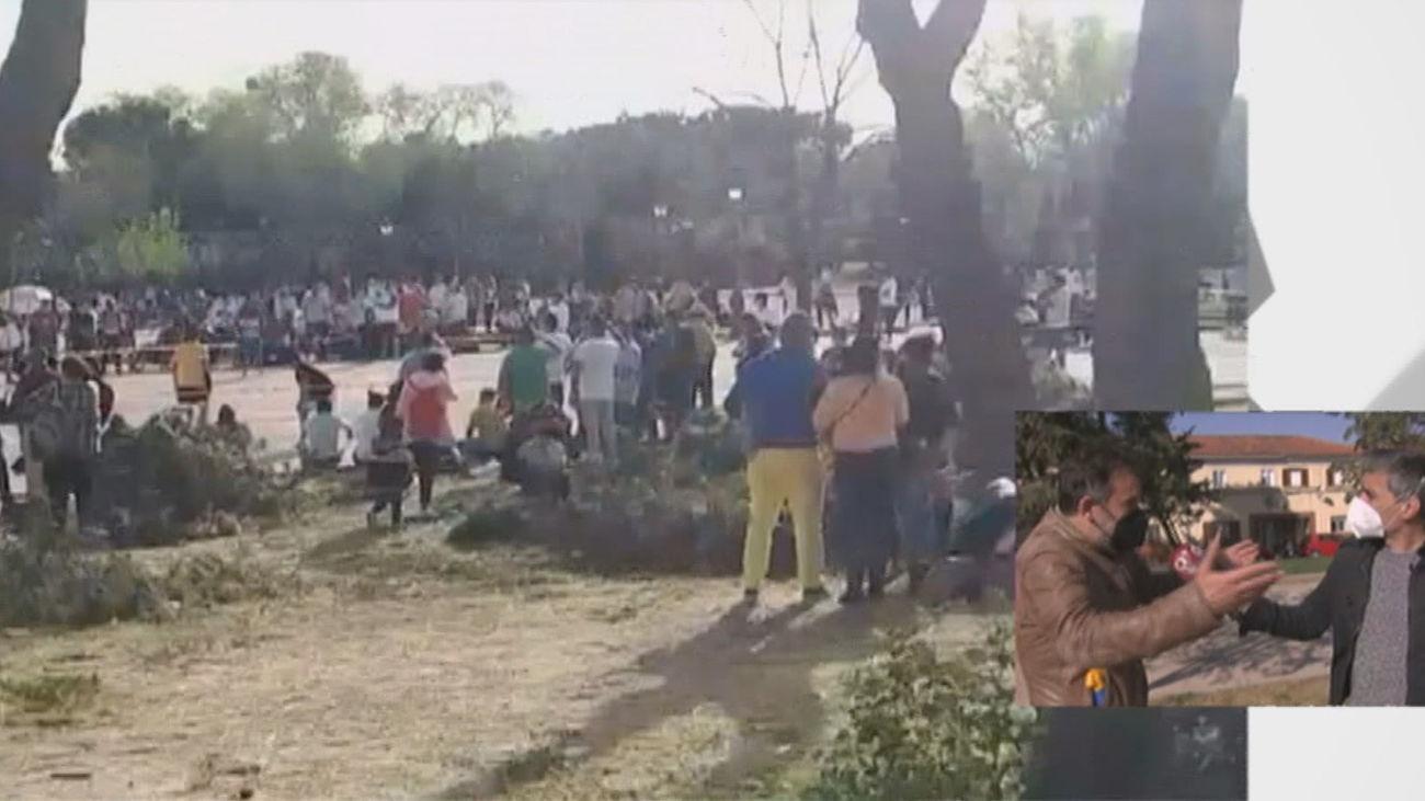 Grupos de jóvenes toman el parque de San Isidro y lo precintan y llenan de basura sin dejar espacio para niños y vecinos