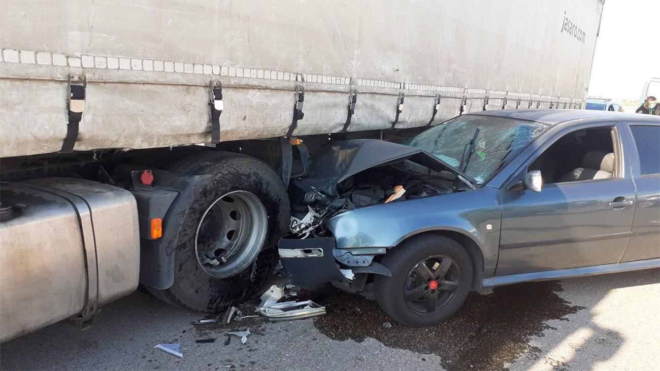 Vehiculo empotrado contra un camión de gran tonelaje en un polígono industrial de Coslada