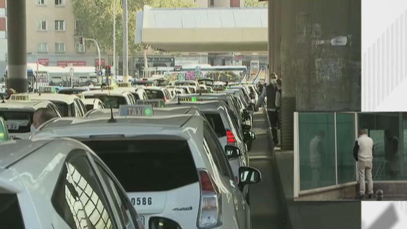 Las quejas vecinales por los orines en Atocha activan la reivindicación de los taxistas de un urinario público