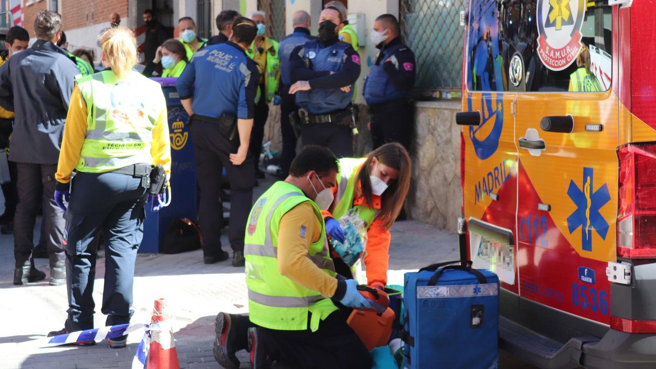 Efectivos del Samur y de la Policía Municipal, al lado de la guardería de Vallecas donde falleció un bebé