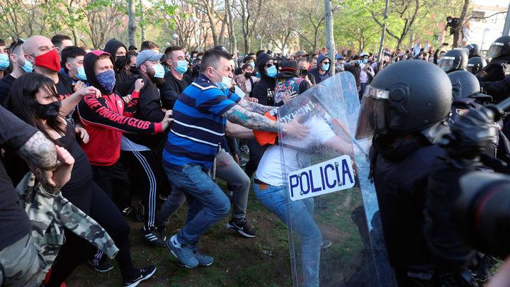 Batalla campal en Vallecas ante el mitin de Vox con cargas policiales y al menos 14 heridos