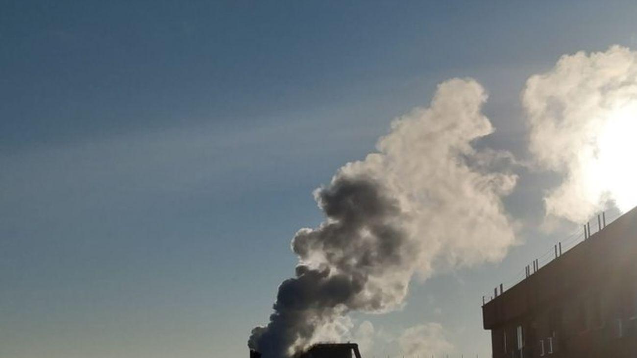 Columna de humo en la factoría de Corrugados de Getafe