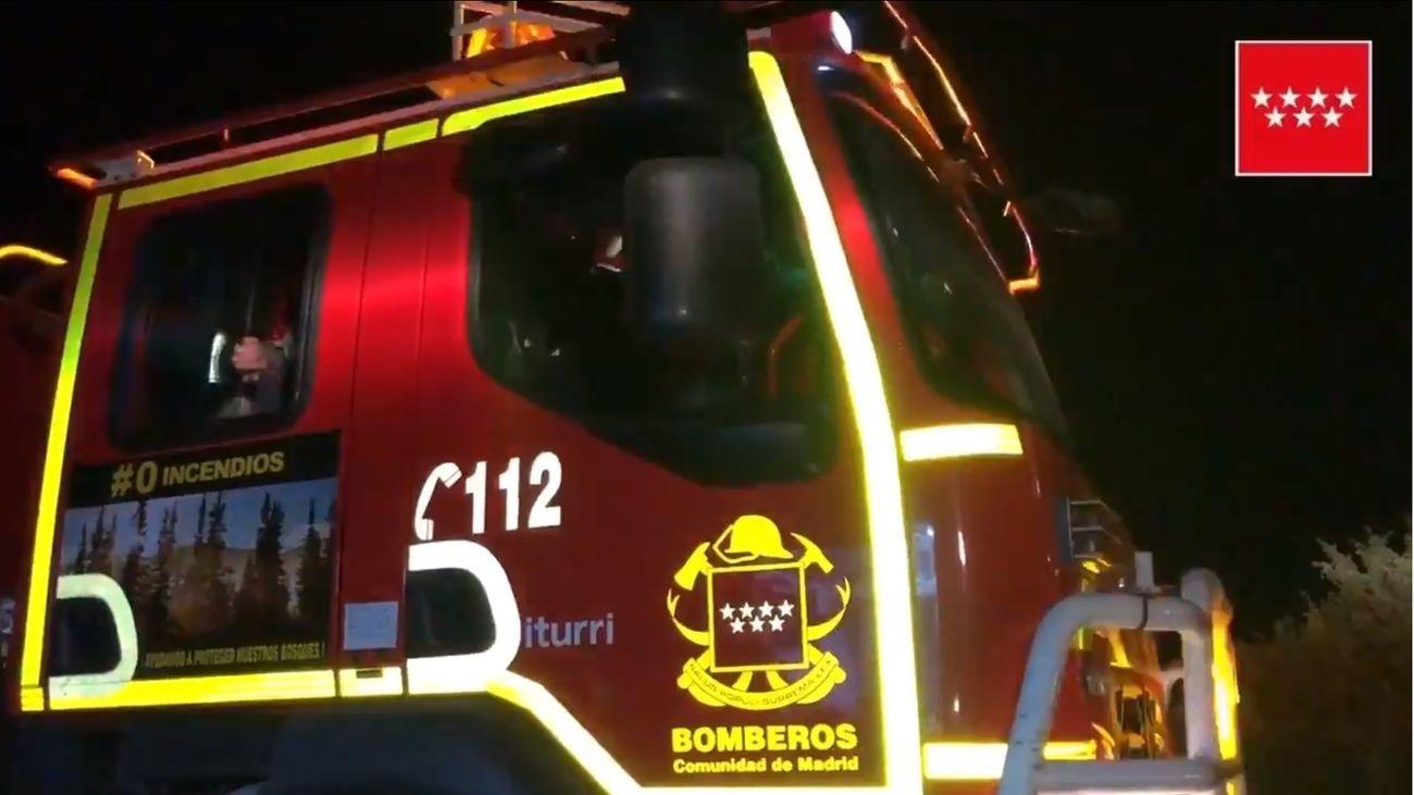 Bomberos de la Comunidad de Madrid trabajando en la extinción de un incendio