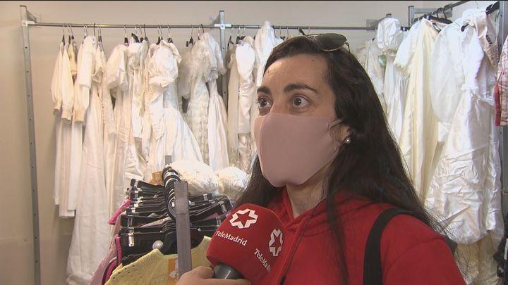 Trajes de novia y de comunión a precio de chollo en una tienda de la calle Alcalá