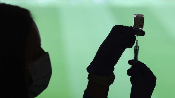 Madrid para la vacunación con AstraZeneca en siete hospitales públicos ante la escasez de dosis