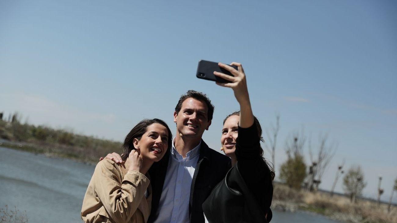 Melisa Rodríguez hace un selfie junto a Rivera y Arrimadas
