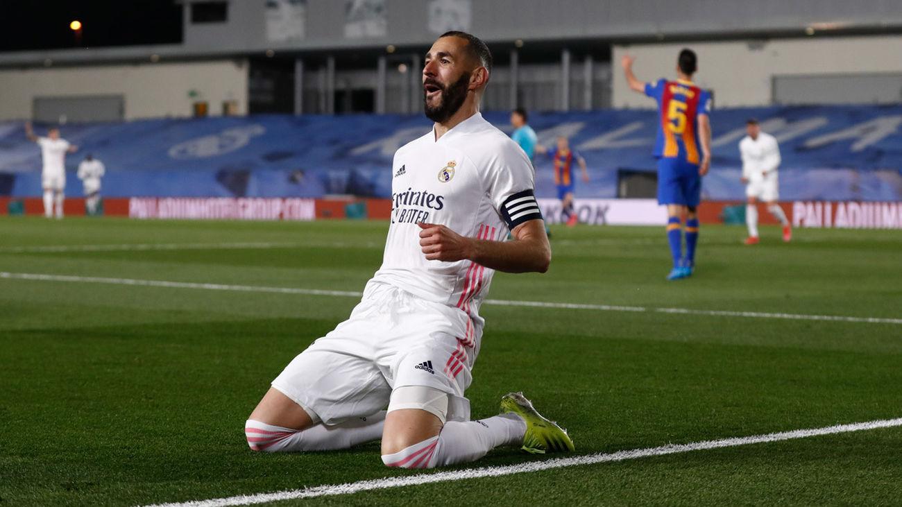 Benzema ante el Barcelona