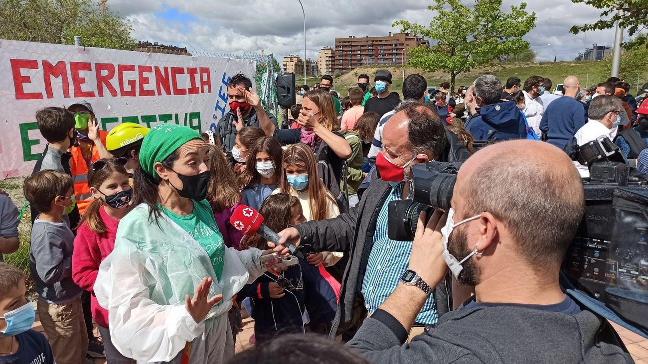 Vecinos del Ensanche de Vallecas se concentran para pedir la construcción de un instituto público