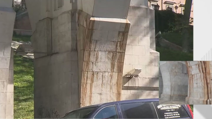 Filtraciones y goteras negras de asfalto que caen sobre los viandantes deterioran el Viaducto de la calle Bailén