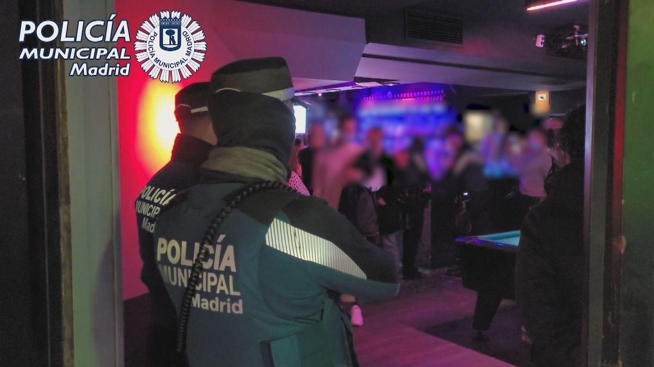 Agentes de la Policía Municipal durante el desalojo de un local en el distrito de Salamanca