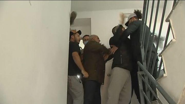 Tensión en el intento de desalojo de los okupas violentos de un edificio en Valdemoro