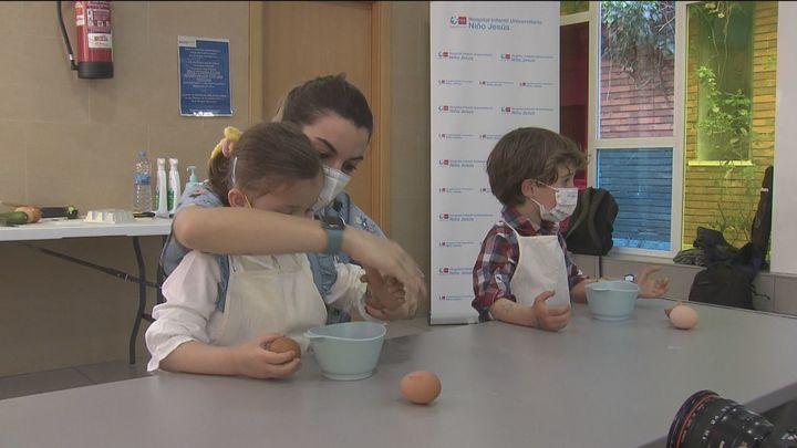 Un taller en el Hospital Niño Jesús enseña a los pequeños a utilizar sus prótesis