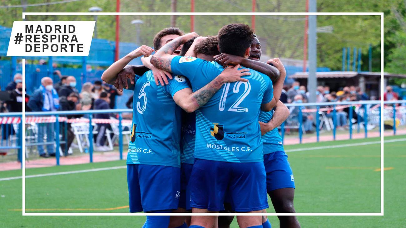 Los jugadores del Móstoles CF celebran un gol