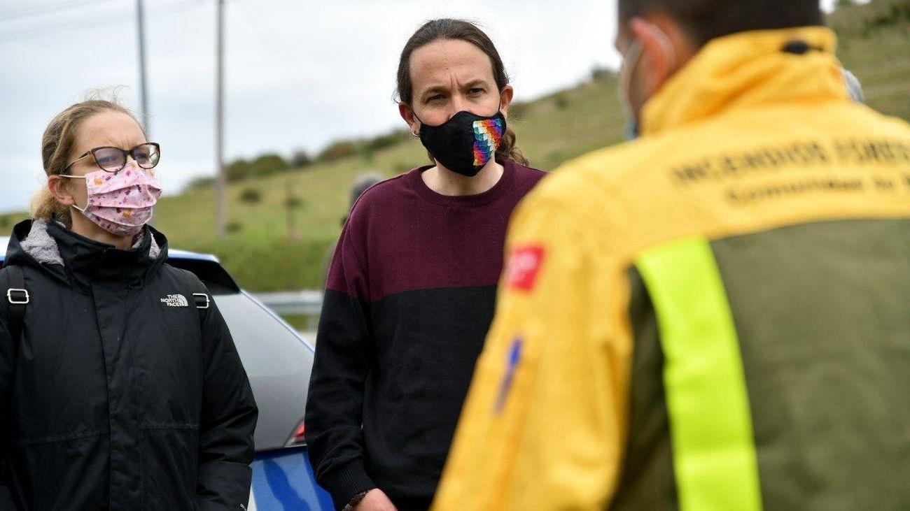El candidato de Podemos, Pablo Iglesias, durante su encuentro con bomberos forestales