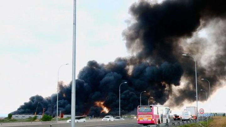 Un gran incendio arrasa varias naves de un polígono industrial en Seseña