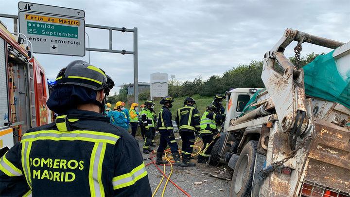 Rescatan a un camionero atrapado tras un accidente en la M-40