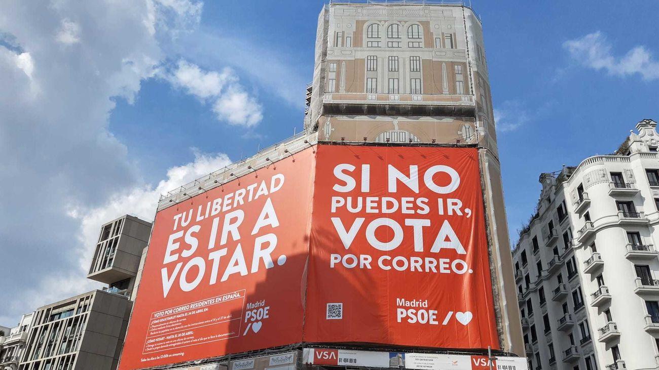La nueva lona electoral del PSOE en la Plaza de Callao
