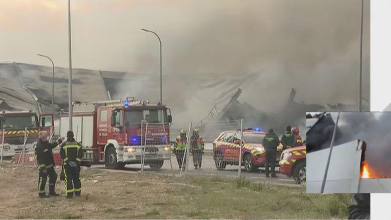Los bomberos controlan que el humo del incendio de Seseña no afecte a las urbanizaciones ni al tráfico de la A-4