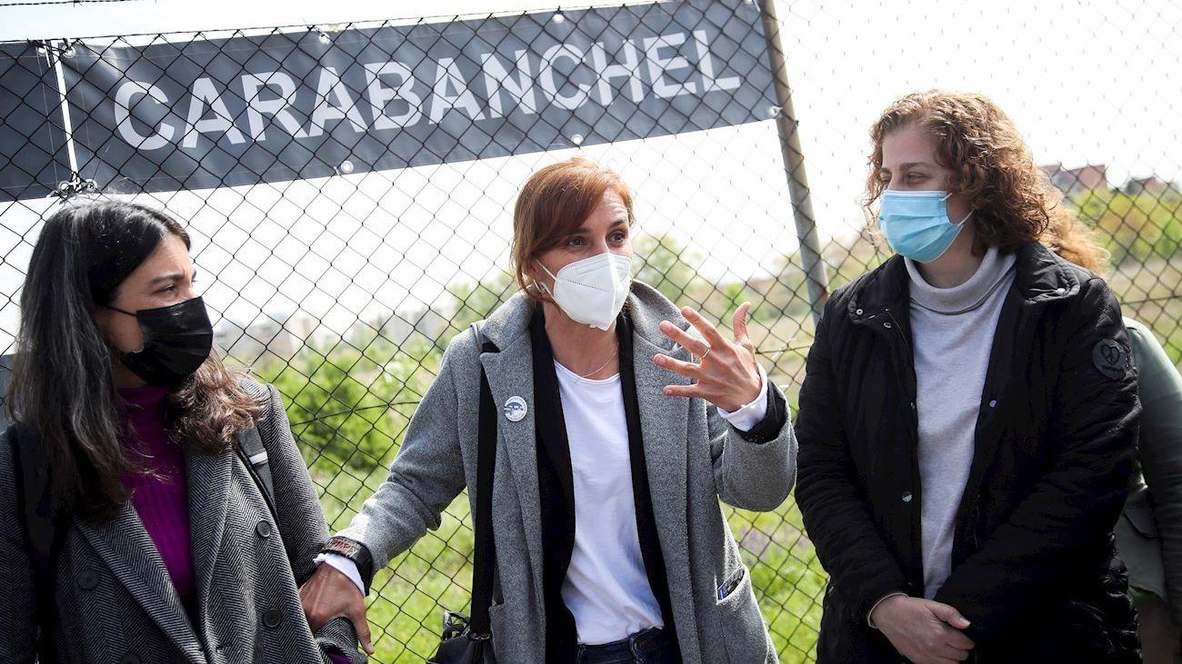 La candidata de Más Madrid a la Comunidad, Mónica García, en la visita al solar de la antigua cárcel de Carabanchel
