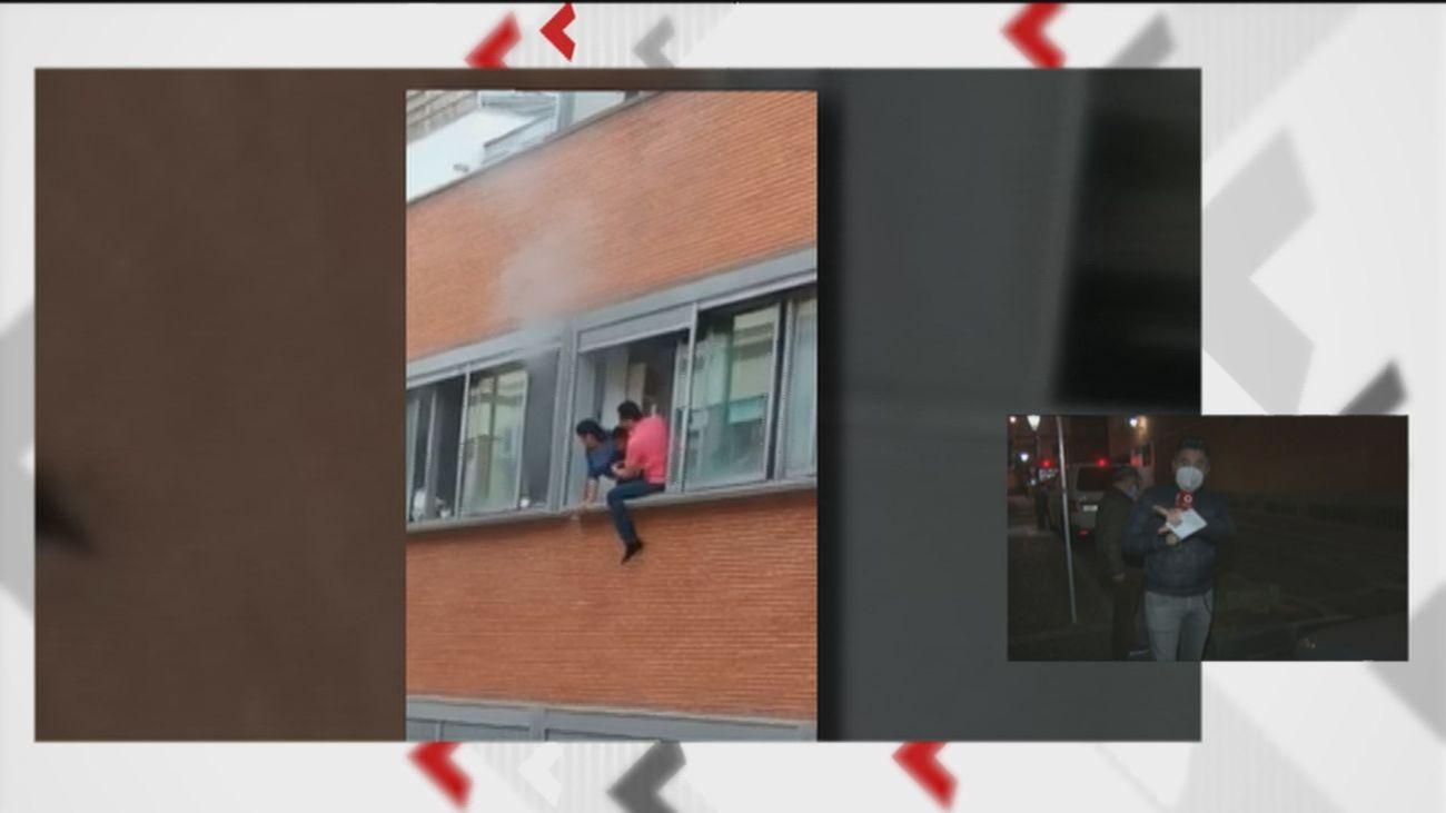 A punto de tirar a su hijo por la ventana para escapar del fuego en una vivienda de Vallecas