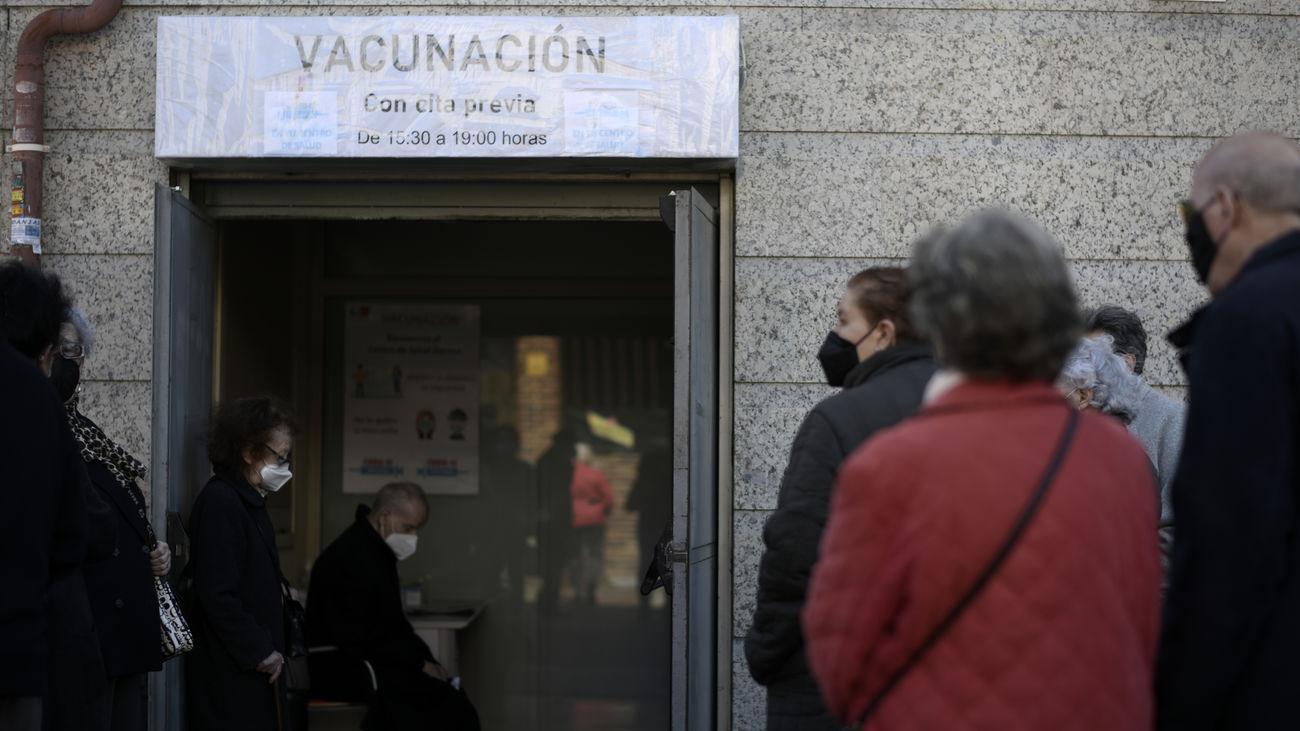 Espera a las puertas de un centro de salud para vacunarse en Madrid