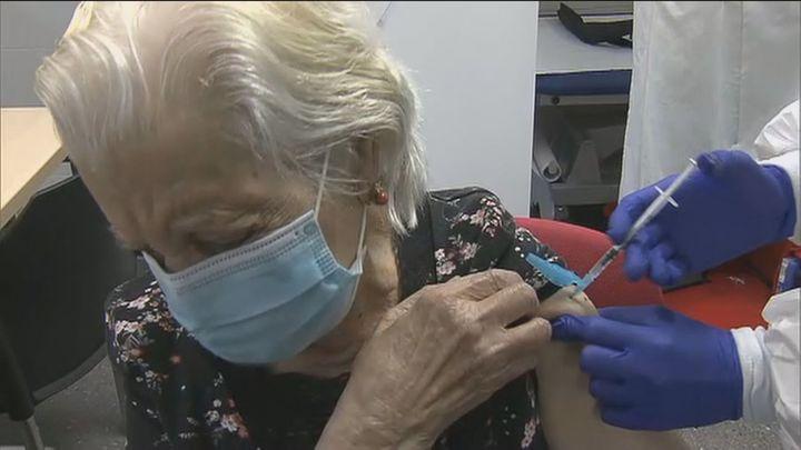 Los mayores de 75 años podrán pedir cita previa para vacunarse sin esperar a que les llamen