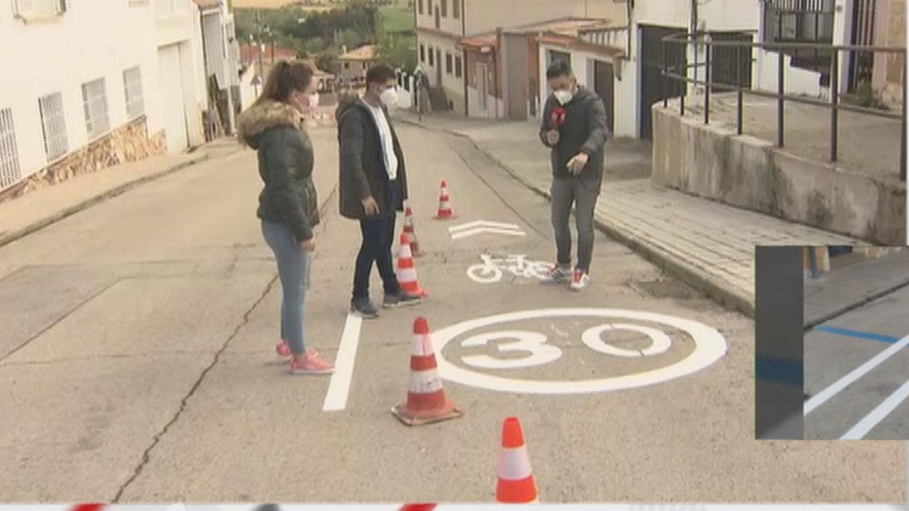 Indignación y asombro de los vecinos de Torres de la Alameda por el carril bici que el ayuntamiento ha colocado al pie de sus casas