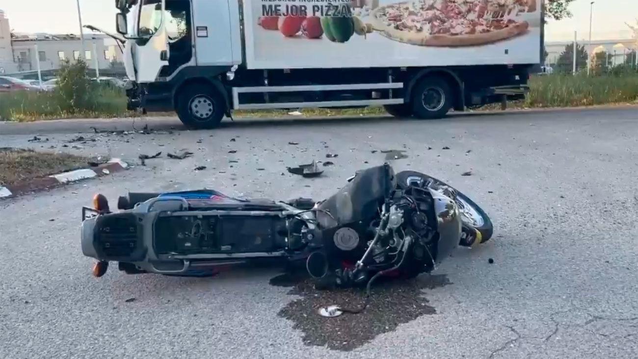 Un motorista de 62 años muere en Alcalá de Henares tras chocar contra un camión