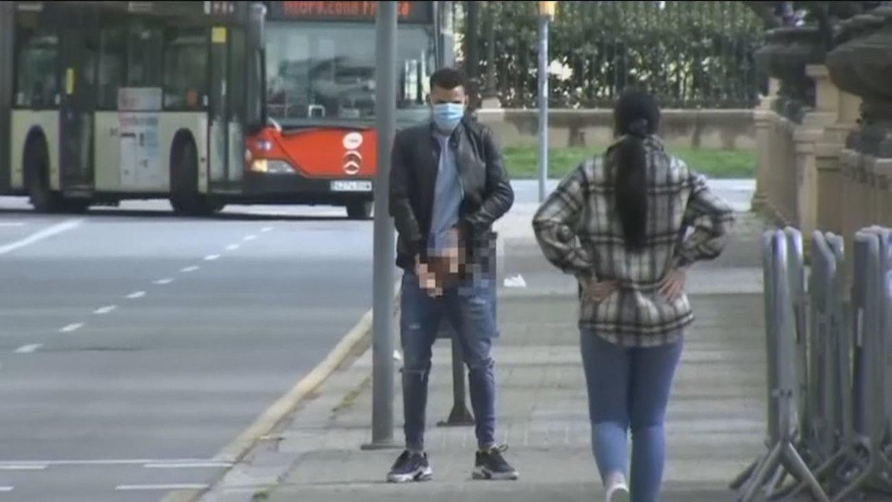 Uno de los acusados de la 'manada de Sabadell' se baja los pantalones ante la Prensa