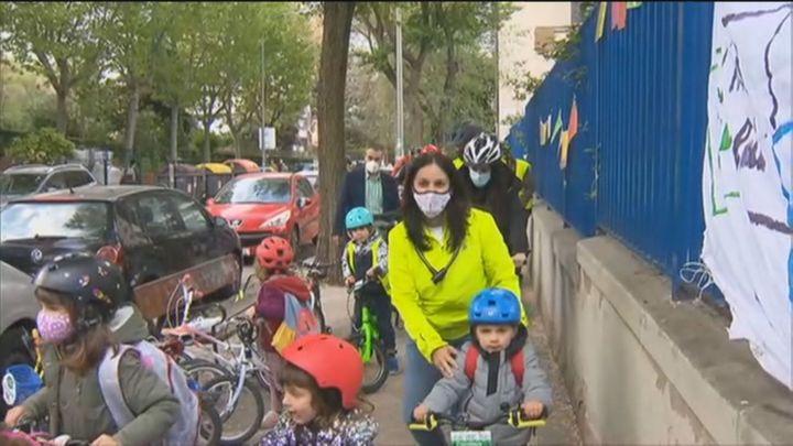 La entrada al cole se convierte en una odisea diaria para los alumnos y padres de un centro de Ciudad Lineal