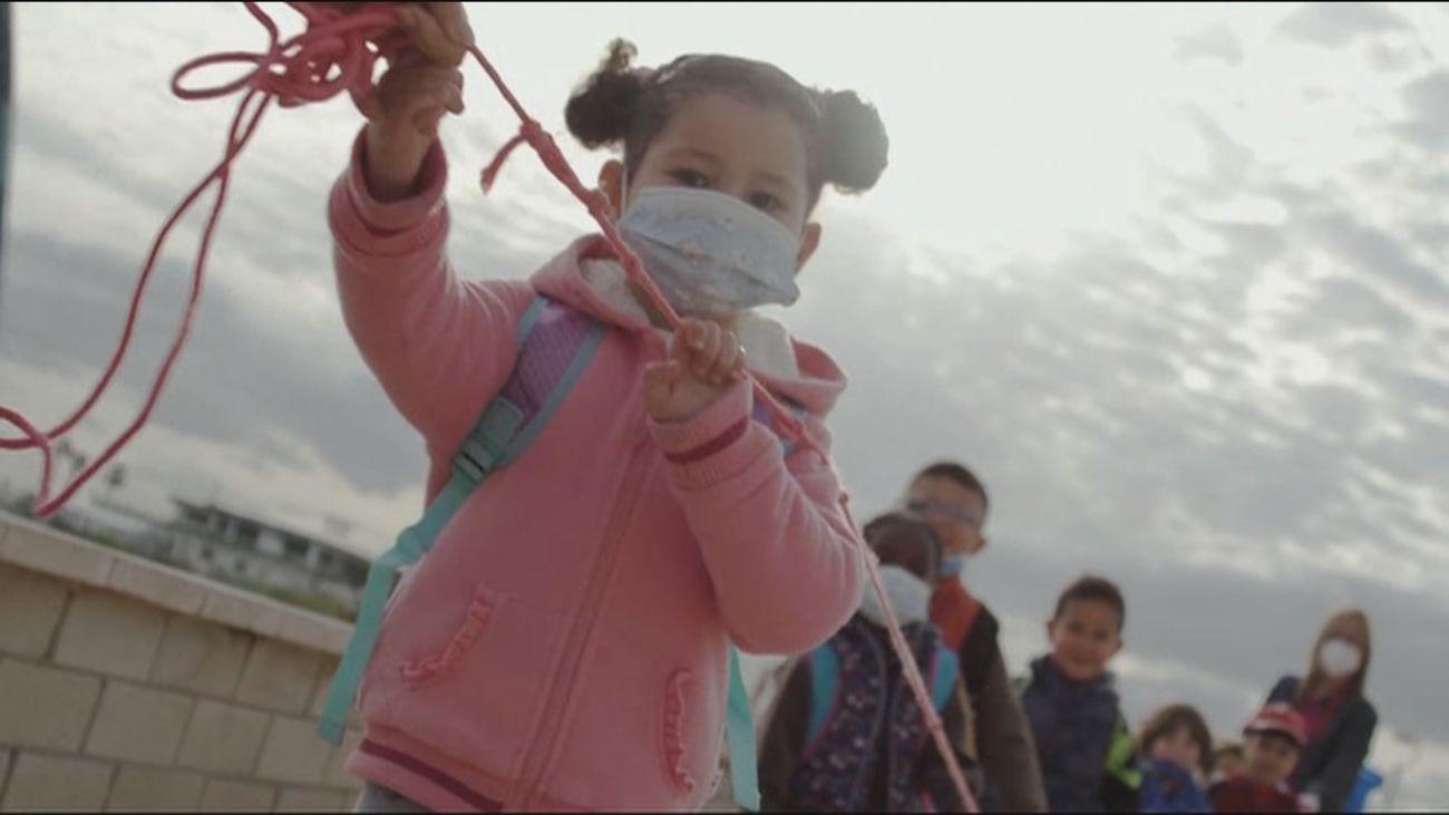 Un colegio público de Murcia cambia las aulas por las playas para estar más protegidos