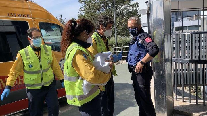 Encuentran un bebé abandonado en el interior  de una bolsa de cartón en el distrito de Fuencarral
