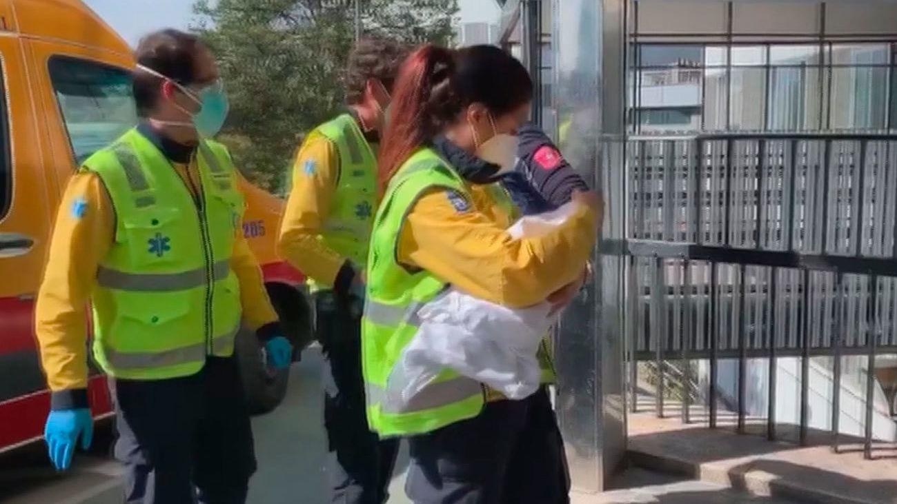 La Policía busca a la madre del bebé abandonado en un portal de Fuencarral