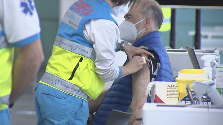La vacunación masiva sigue en Madrid, pero se ralentiza por los contratiempos de Janssen y AstraZeneca