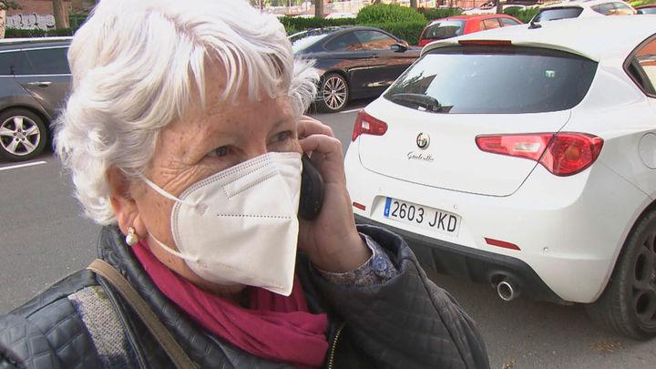 Los mayores de 75 años ya pueden pedir cita por teléfono para vacunarse sin esperar a que les llamen