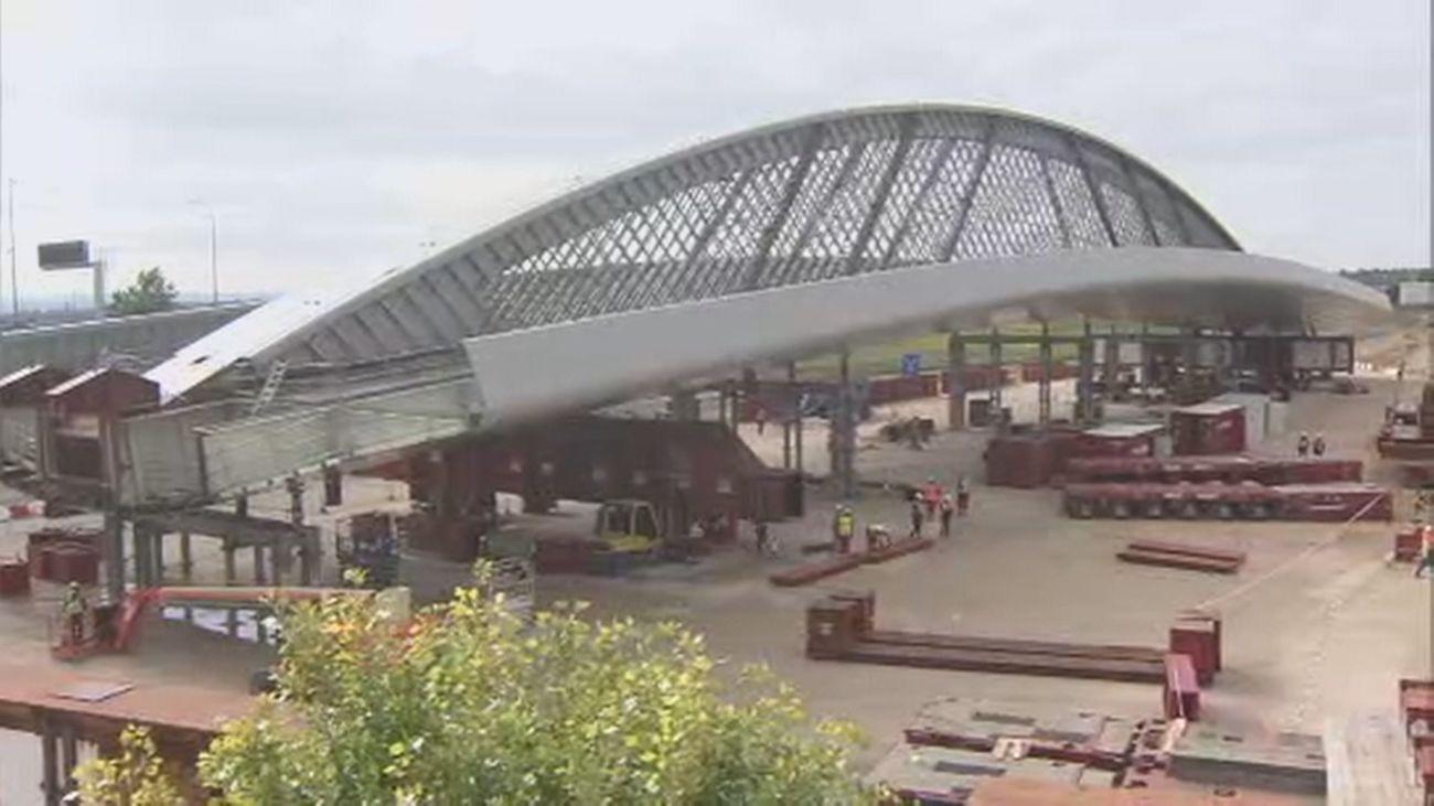 Cortados los accesos a la T4 de Barajas por la colocación del Puente de la Concordia