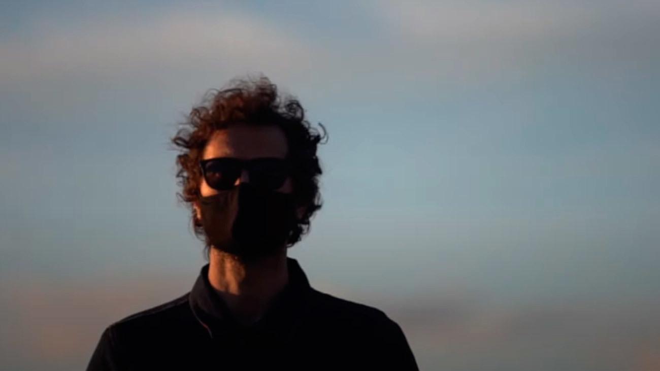 Rodrigo Mercado en el videoclip 'Firme' (2021)