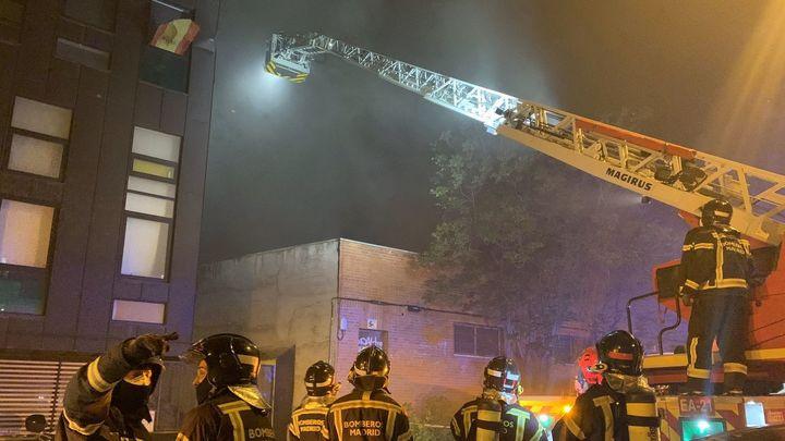 Un incendio daña una nave de artes gráficas en Puente de Vallecas