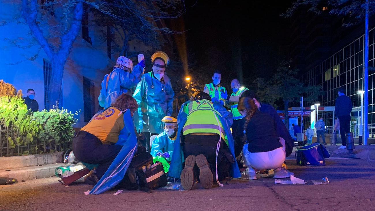Los servicios de emergencia atienden a uno de los heridos en el accidente
