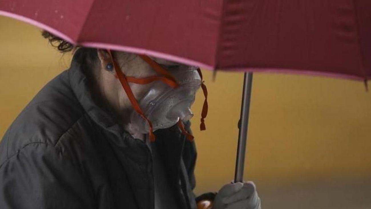 Una mujer pasea con un paraguas