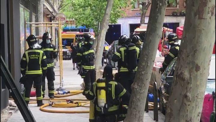 Los bomberos desalojan un bloque de 25 viviendas tras el incendio de Prosperidad