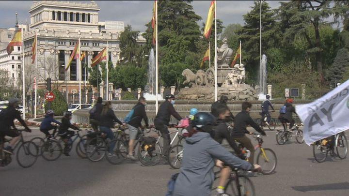 Cientos de personas piden una red básica de carriles bici para Madrid